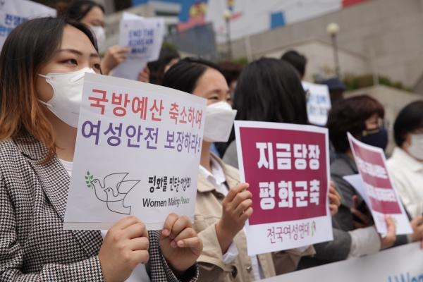24일 오전 서울 종로구 세종문화회관에서 여성평화운동네트워크가 '평화와 군축을 위한 세계 여성의 날' 기념하여 기자회견을 열었다. ⓒ홍수형 기자