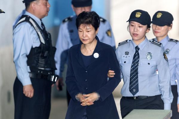 지난해 5월 23일 서울 서초구 서울중앙지법에서 열린 첫 공판에 출석하던 당시 박근혜 전 대통령 모습.