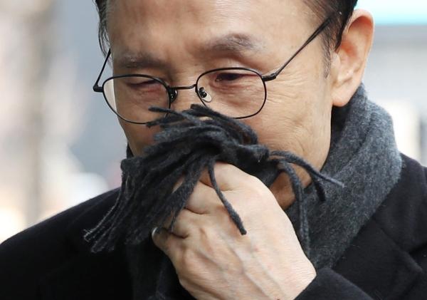 다스 실소유주 의혹을 받고 있는 이명박 전 대통령이 20일 오후 서울 강남구 대치동 사무실에 출근하고 있다. 이날 이명박 전 대통령의 '금고지기'로 알려진 다스(DAS) 협력업체 금강의 이영배 대표가 구속됐다.
