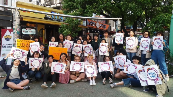 교육현장에서의 성평등교육 의무화를 촉구하는 청소년 페미니스트 네트워크 '위티'의 회원들 ⓒ위티