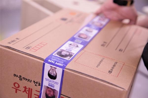 장기실종아동 찾기 캠페인 박스테이프을 이용하는 한 시민. ⓒ홍수형 기자