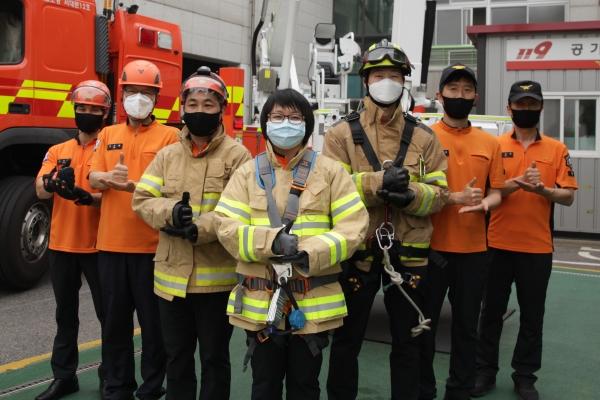 서울 서대문구 서대문소방소에서 소방관들은 의료진에게 코로나19 '덕분에 챌린지' 캠페인 동참하였다. ⓒ홍수형 기자