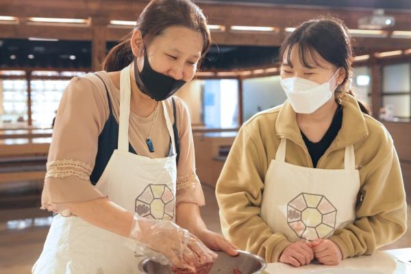 25일 오후 서울 중구 한식문화관에서 종로인명장애인자립생활센터가 시각장애인과 함꼐하는 쿠킹클래스 요리교실을 진행했다. ⓒ홍수형