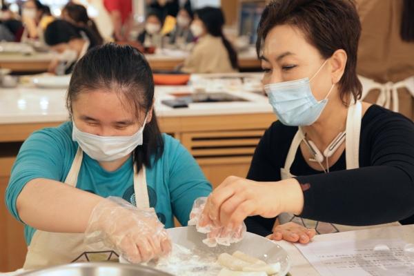 25일 오후 서울 중구 한식문화관에서 종로인명장애인자립생활센터가 시각장애인과 함께하는 쿠킹클래스 요리교실을 진행했다. ⓒ홍수형