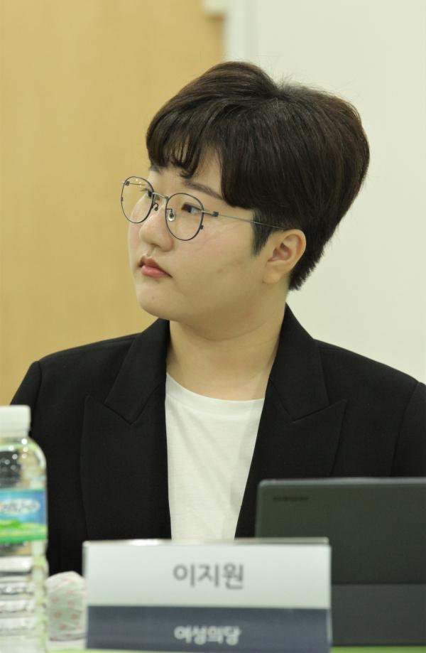 26일 오후 서울 영등포구 여성미래센터에서 젠더정치연구소 여.세.연과 한국여성정치연맹은 '슬기로운 정치생활 ①여성청년 정치인' 개최하며 이지원 여성의당 공동대표는 발언을 듣고 있다. ⓒ홍수형 기자
