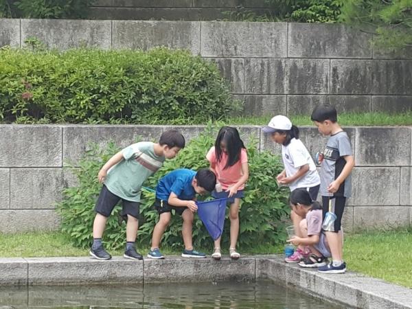 아이들은 자연의 신비로움을 마주하며 생명체에 대한 존엄성을 깨닫는다. ©송은아