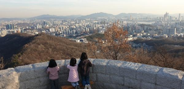 산을 오르며 마음의 크기를 배우는 아이들. ©송은아