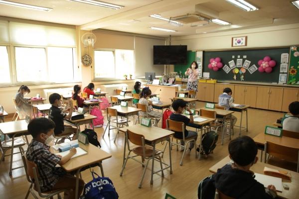 경기도 성남시 당촌초등학교 1학년 학생들은 올해 첫 등교 하며 입구에서 코로나19 예방을 위해 열 체크를 받고 있다. ⓒ홍수형 기자