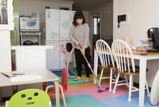 집안 청소를 하는 여성의 모습. 미취학 자녀를 키우는 전업주부는 하루 평균 8시간 이상 일하지만, 이들의 노동은 그저 '집안일'로만 여겨지고 있다. ⓒ여성신문 사진기자