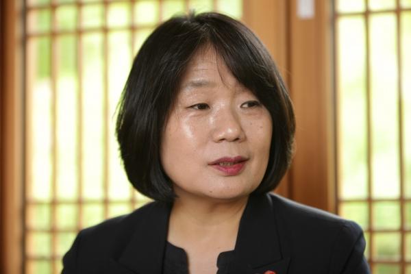 11일 오후 서울 은평구 진관사에서 윤미향 더불어시민당 당선자는 앞으로 계획에 대해 진지하게 대답하고 있다. ⓒ홍수형 기자