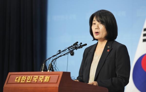 29일 오후 서울 영등포 국회의사당에서 윤미향 더불어민주당 당선인이 입장을 밝히고 있다. ⓒ홍수형 기자