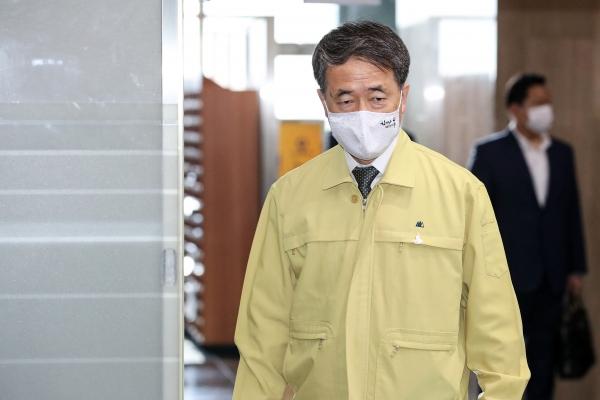 박능후 보건복지부 장관이 29일 오전 서울 종로구 정부서울청사에서 열린 코로나19 중대본 회의에 참석하고 있다. ⓒ여성신문·뉴시스