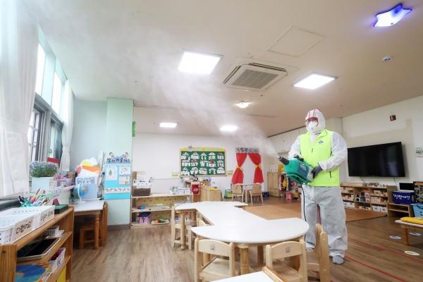 유치원 개원을 이틀 앞둔 25일 오후 서울 송파구 국공립 잠실어린이집에서 관계자가 방역을 하고 있다. ⓒ여성신문·뉴시스