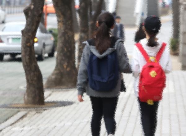 서울의 한 초등학교 학생들이 하교하고 있다. ⓒ이정실 여성신문 사진기자