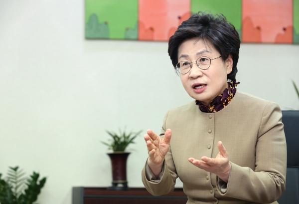 정윤숙 한국여성경제인협회 회장이 1일 서울 강남구 협회 사무실에서 진행된 인터뷰에서 취임소감을 밝혔다. ⓒ이정실 여성신문 사진기자