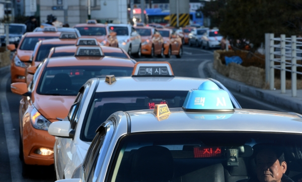 승객 기다리는 택시 기사들. ⓒ뉴시스·여성신문