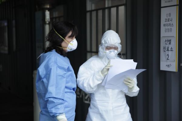 1일 오후 서울 서초구 서초구청에는 코로나19 확산 예방하기 위해 선별진료소가 설치 되어 있다. ⓒ홍수형 기자