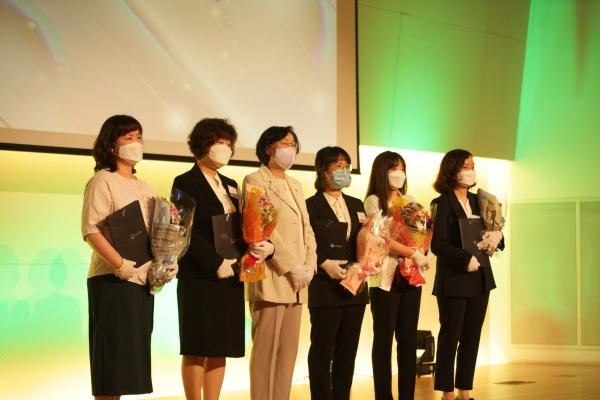 2일 오후 서울 중구 페럼타워에서 여성가족부가 주최한 '제9회 여성새로일하기센터 우수기관 및 유공자 포상식' 상 수여후 기념 촬영을 하고 있다.