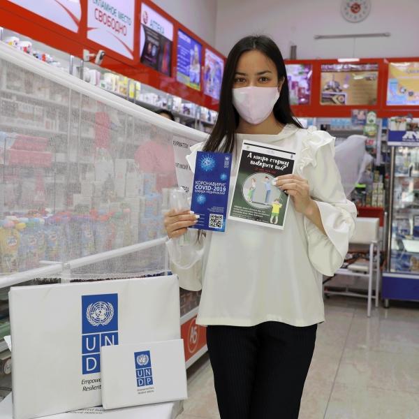 우즈베키스탄에서는 슈퍼마켓에서 가정폭력 지원 정보를 담은책자를 나눠주는 캠페인이 최근 시행 중이다.ⓒUNDP