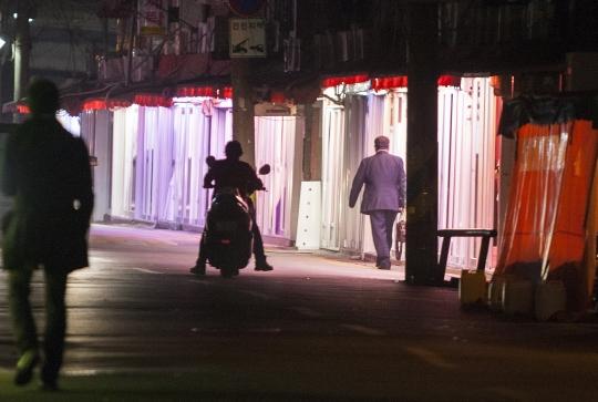 서울 영등포구 영등포동 성매매 집결지를 남성들이 지나가고 있다. ⓒ이정실 여성신문 사진기자