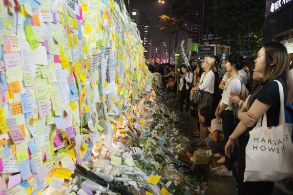 '강남역 여성살해사건' 직후인 지난해 5월 20일, 서울 강남역 10번출구 앞 추모공간을 찾은 시민들이 수많은 포스트잇을 바라보고 있다. ⓒ이정실 여성신문 사진기자