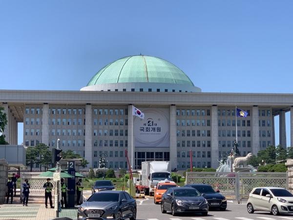 1일 오후 서울 여의도 국회의사당에는 '제21대 국회개원' 현수막이 걸려 있다. ⓒ홍수형 기자