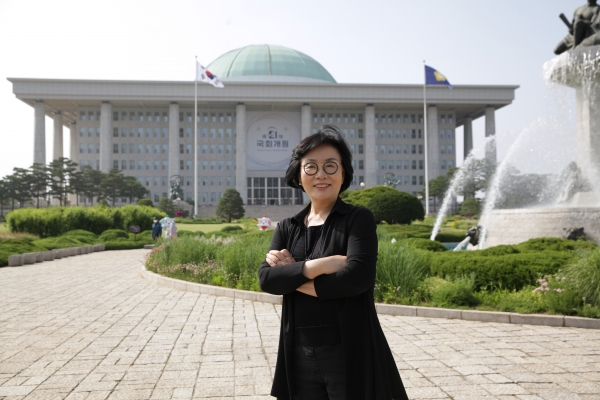 """3일 오후 서울 여의도 국회의사당 의원회관에서 신명 한국여성의정 사무총장은 """"학교 교육에 젠더를 생활화하도록 연구 중이고 법안을 만들어 의무 교육으로 할 수 있도록 만들어나가겠다""""며 질문에 대답하고 있다. ⓒ홍수형 기자"""
