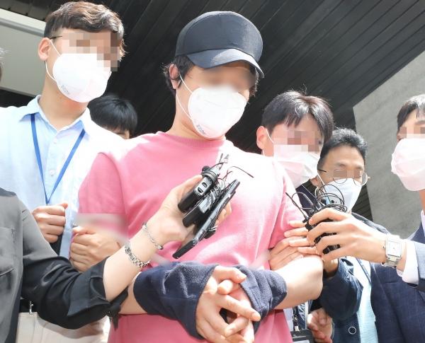 서울역 묻지마 폭행 피의자 이모씨가 4일 오전 구속 전 피의자 심문(영장실질심사)을 받기 위해 서울 용산경찰서를 나서고 있다.©뉴시스·여성신문
