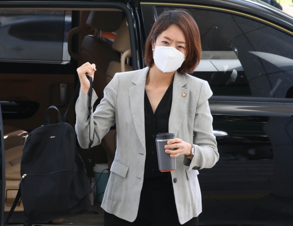 고민정 더불어민주당 의원이 1일 서울 여의도 국회의원회관에서 21대 국회 첫 출근을 하고 있다. ⓒ뉴시스·여성신문