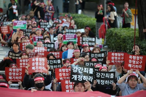 28일 서울역사박물관 앞 도로에서 제 10차 페미시국광장 '강간죄를 위한 총귈기'가 열렸다. ⓒ곽성경 여성신문 사진기자