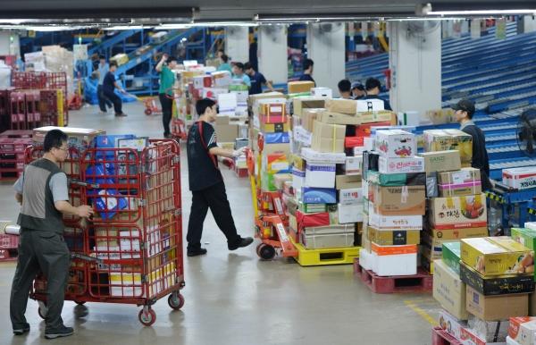 물류업체 직원들이 배송물량을 처리하는 모습. ⓒ뉴시스·여성신문 ⓒ뉴시스·여성신문