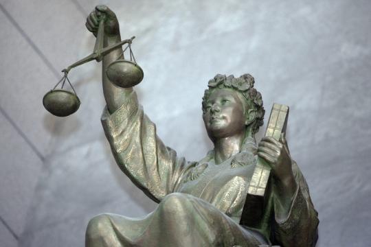 대법원 내부에 설치된 '정의의 여신상'은 한 손에는 법전을, 나머지 한 손에는 저울을 들고 있다. 이 여신상은 모든 이들이 법 앞에 평등함을 상징하고 있지만, 남성중심적 법체계는 여성들에게 공평하지만은 않다. 가정폭력 피해자에 의한 가해자 사망 사건에서 사법부가 피해 여성의 관점에서 정당방위를 바라봐야 한다는 목소리가 높은 이유다. ⓒ이정실 여성신문 사진기자