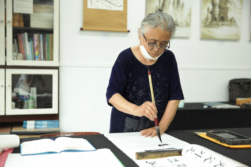 17일 오전 서울 종로구 한국예술문화원에서 6.25전쟁 70주년을 맞이해 시민들은 서예체험을 하고 있다. ⓒ홍수형 기자