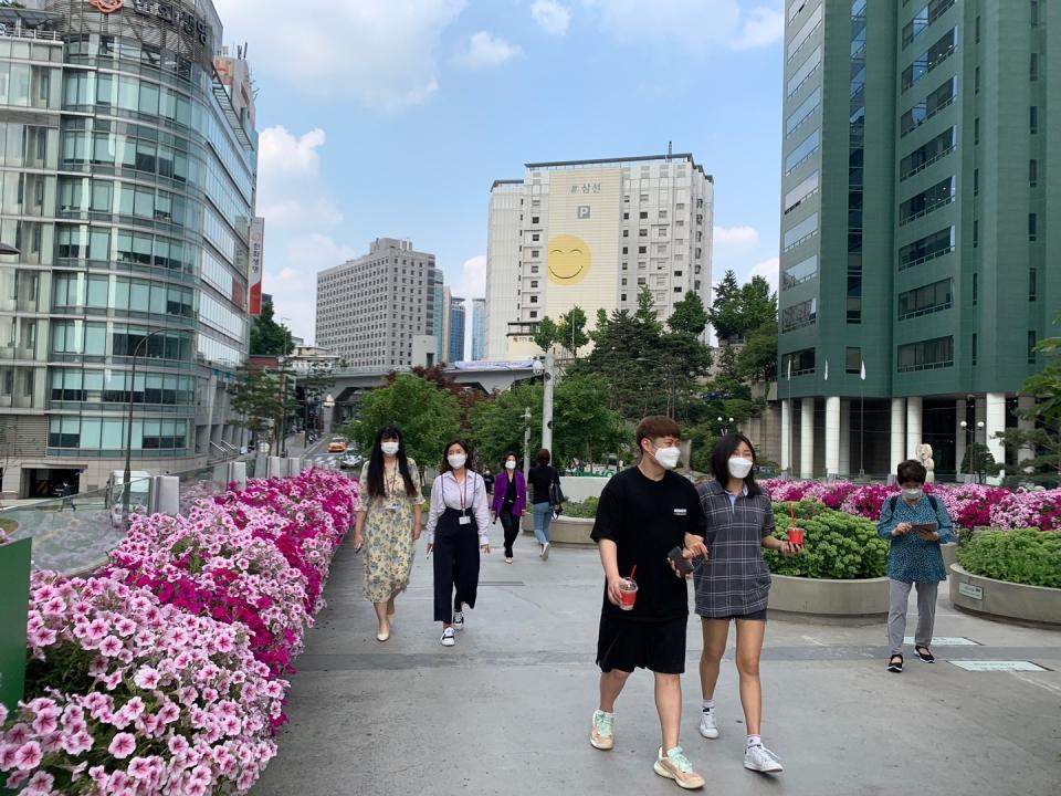 19일 오후 서울 중구 서울로7017에서 시민들은 산책중이다. ⓒ홍수형 기자