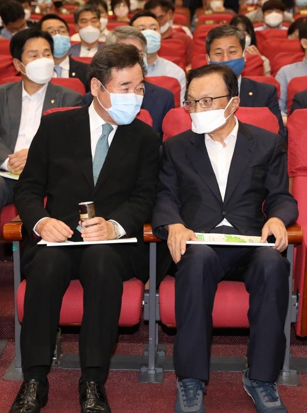 더불어민주당 이해찬(오른쪽) 대표와 이낙연 의원이 10일 서울 여의도 국회 의원회관에서 열린 기후위기 극복-탄소제로 시대를 위한 그린뉴딜 토론회에서 대화를 나누고 있다. ©여성신문·뉴시스