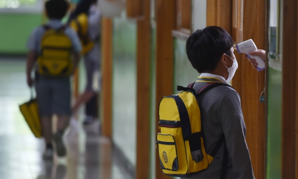 6월 3일 오전 대구 동구 봉무동 영신초등학교 교실 앞에서 어린이가 발열체크를 하고 있다. ©뉴시스