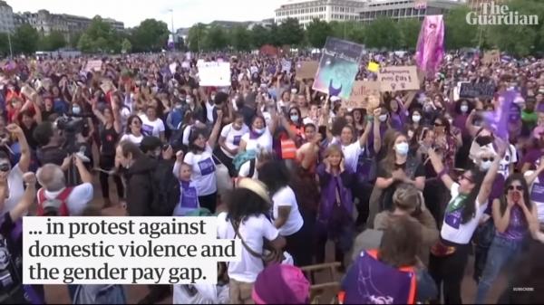 지난 15일 스위스 제네바에서 여성 수천 명이 모여 성별 임금격차와 젠더폭력 해결을 요구하는 시위를 벌였다. ⓒ가디언지 영상 캡처