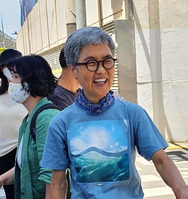 김진숙 민주노총 부산본부 지도위원이 23일 한진중공업 영도조선소 앞에서 기자회견을 열고 9년 만에 다시 복직 투쟁에 나서겠다고 말한 뒤 환하게 웃고 있다. ©신지예