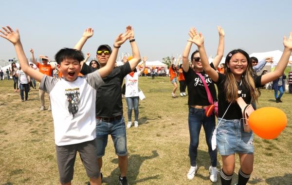 2019 제1회 한부모가족의 날 기념행사 '누구랑 살면 어때?'가 11일 서울 여의도 한강시민공원 너른 들판에서 열려 참가자들이 플래시몹을 하고 있다. ⓒ이정실 여성신문 사진기자