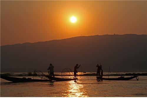 인레 호수의 석양 ©조용경