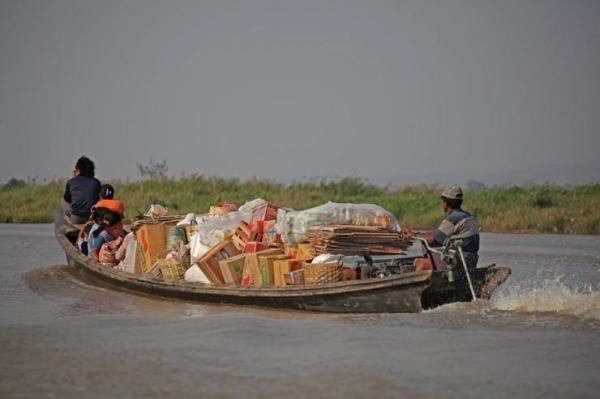 나룻배는 인레 호수 사람들의 중요한 삶의 수단이다. ©조용경
