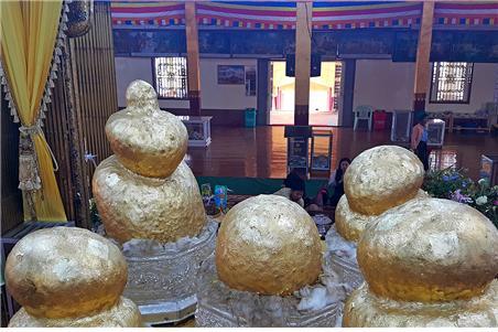 파웅도우 사원의 다섯 개의 황금빛 형상. ©조용경
