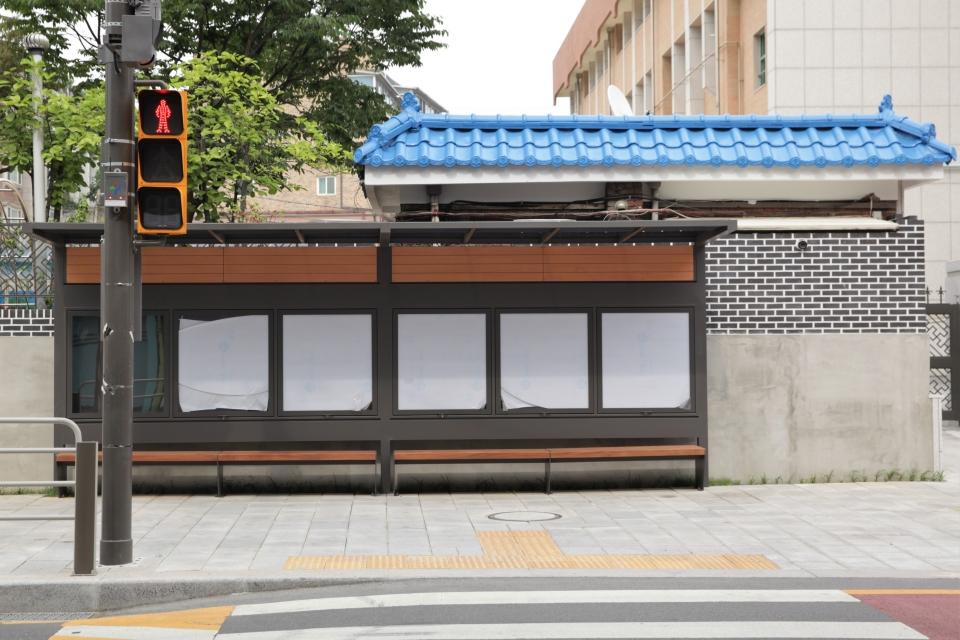 23일 오후 서울 종로구 혜화초등학교 앞 정류장에 얼마 전 쓰여 있던 'MOM'S STATION'이 논란이 되자 글자가 없어진 상태이다. ⓒ홍수형 기자