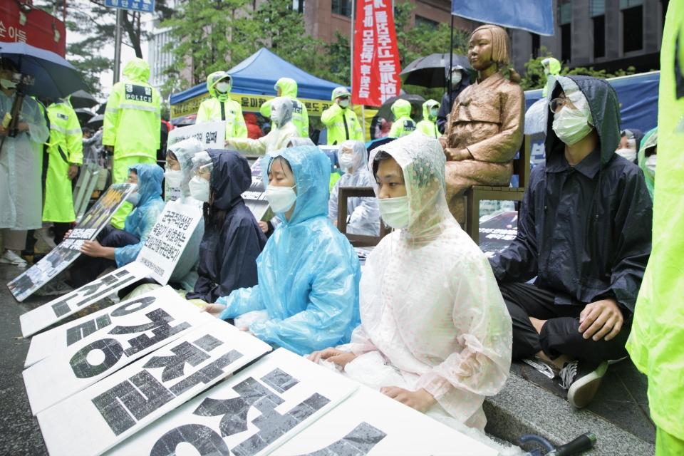 24일 오전 서울 종로구 평화의 소녀상 앞에서 28년 만에 수요집회 자리 뺏은 학생들은 침묵의 시위중이다. ⓒ홍수형 기자