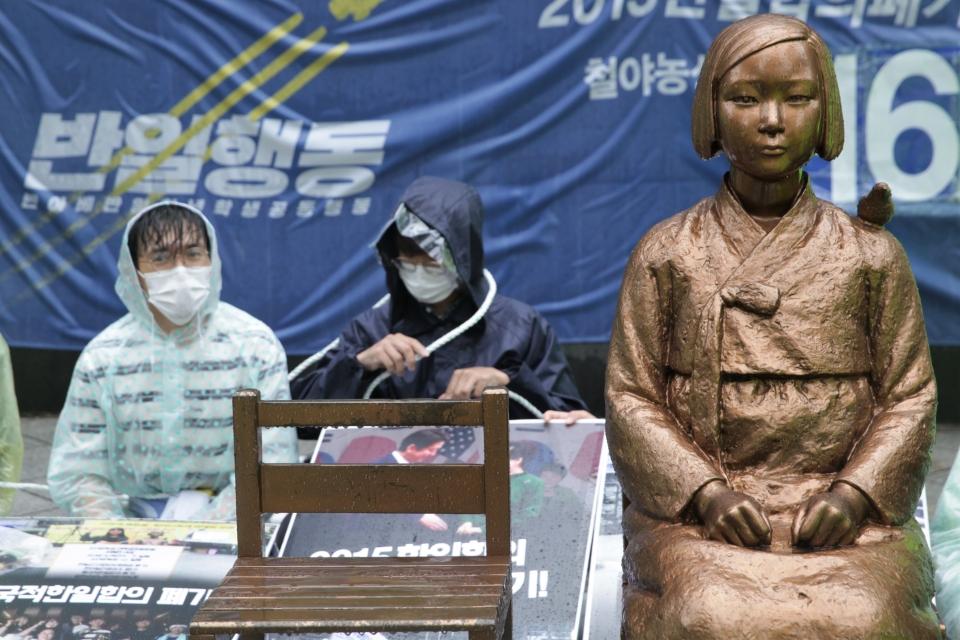 24일 오전 서울 종로구 평화의 소녀상 앞에서 28년 만에 수요집회 자리 뺏은 학생들은 침묵의 시위중 소녀상과 연결되어 있는 끈을 몸에 걸고 있다. ⓒ홍수형 기자