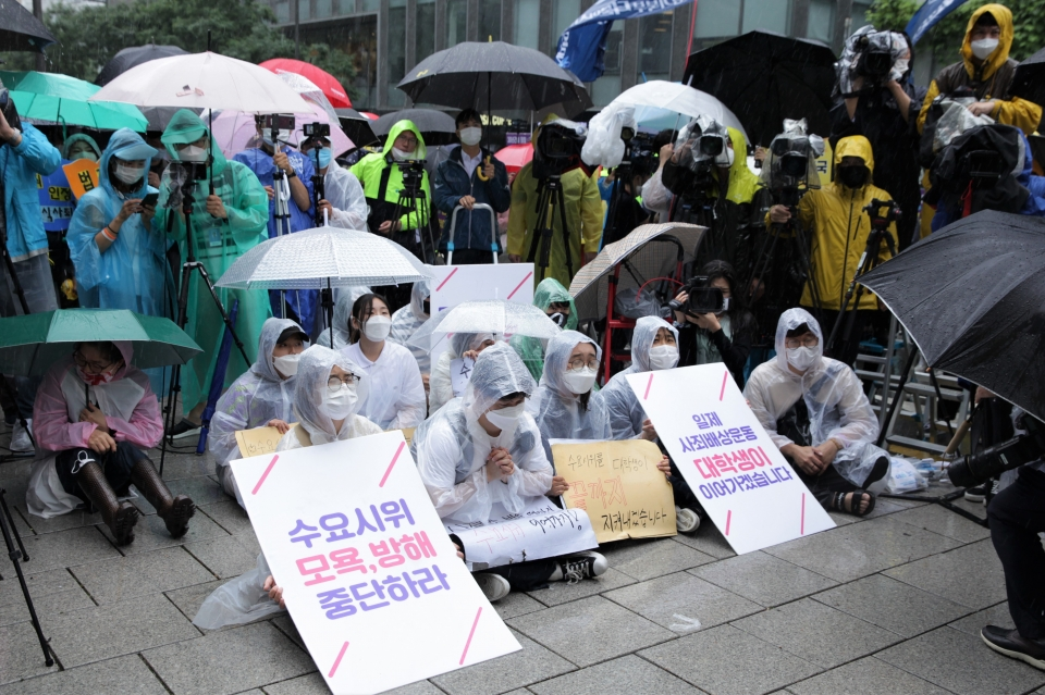 24일 오전 서울 종로구 평화의 소녀상 앞에서 28년 만에 학생들에게 자리 뺏긴 수요집회는 옆에서 진행하며 응원하기 위해 팻말든 참가자들. ⓒ홍수형 기자