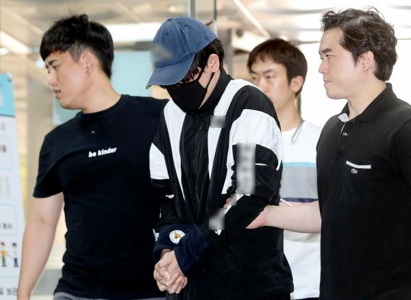주거침입 강간미수 혐의를 받는 조모씨가 5월 31일 서울 서초구 서울중앙지방법원에서 열린 영장실질심사에 출석하고 있다.