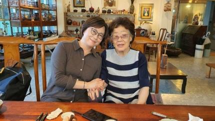 이용수(92) 할머니가 26일 대구의 한 찻집에서 이나영 정의기억연대(정의연) 이사장을 만났다. 이용수 할머니 측 제공.