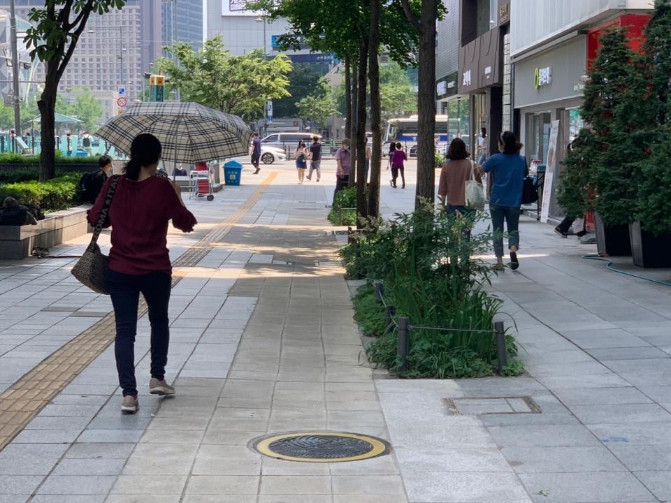 29일 오전 서울 종로구 광화문 거리에는 더위를 피하기 위해 한 여성이 양산을 들고 발걸음을 옮기고 있다. ⓒ홍수형 기자