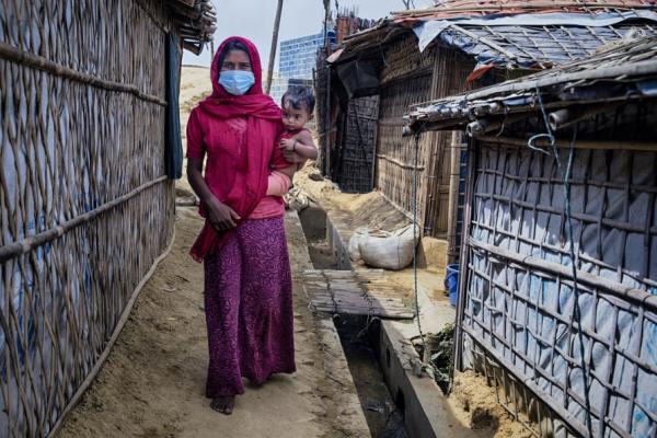 딸을 안고 있는 방글라데시 로힝야 난민캠프 여성 난민 ⓒ옥스팜